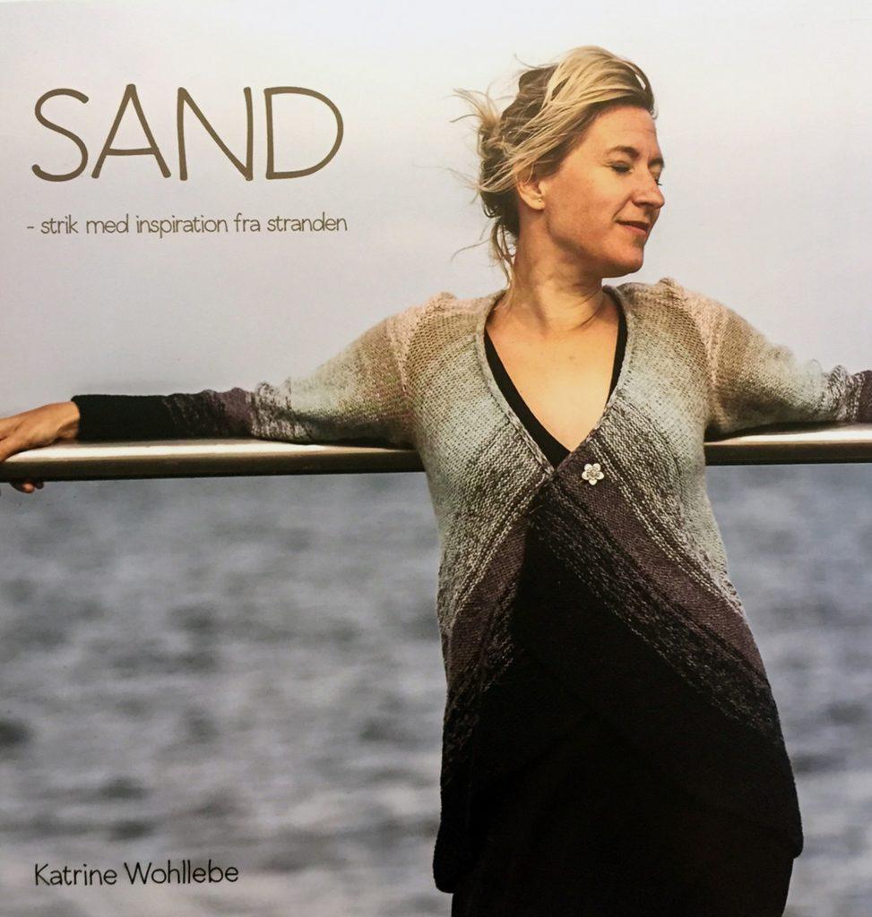 Forsiden af Katrine Wohllebes bog: Sand - strik med inspiration fra stranden-